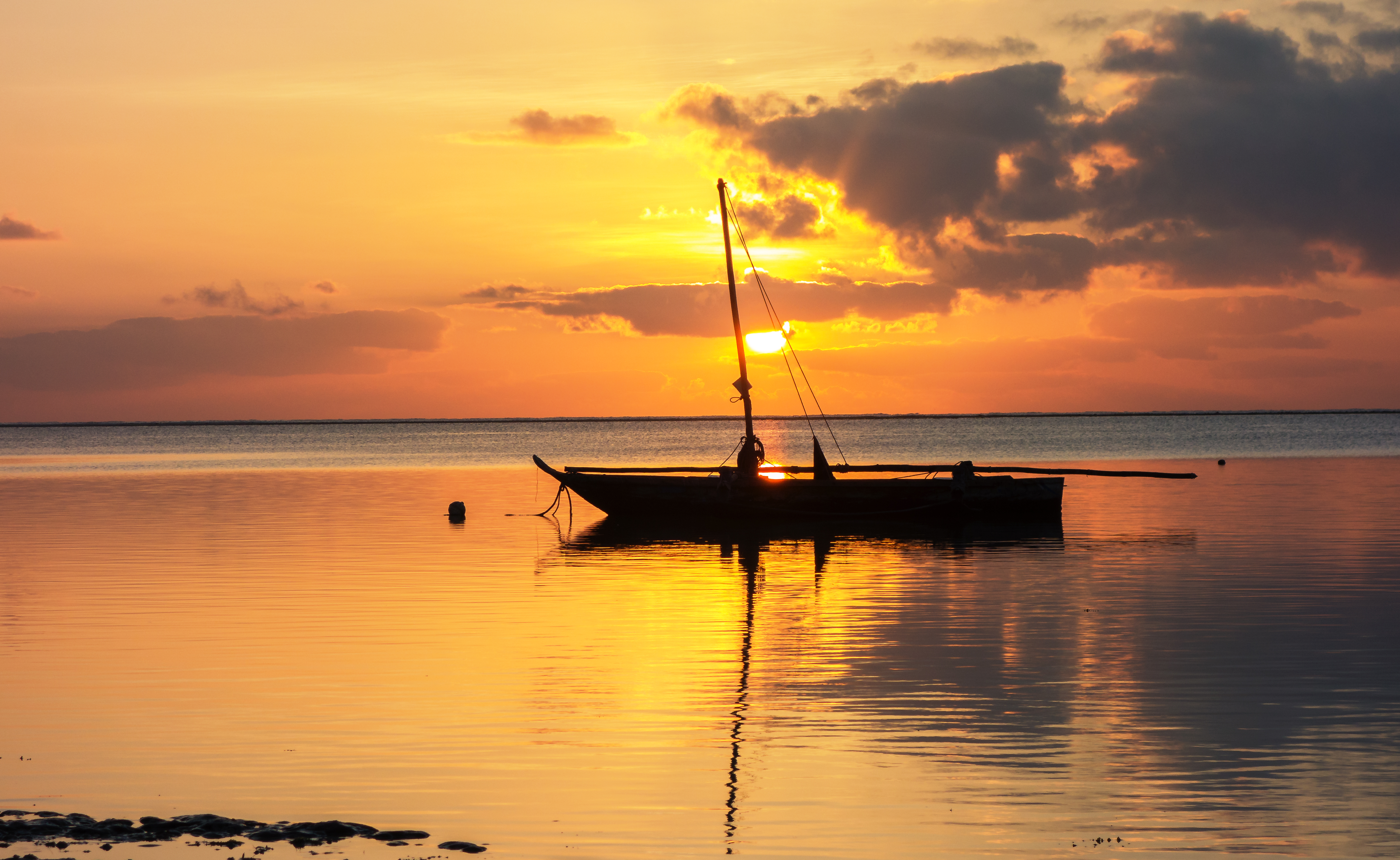 die Sonne geht auf über dem Meer