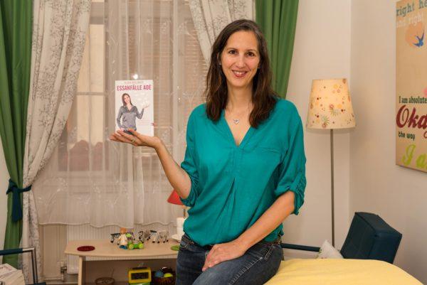 """Olivia Wollinger in ihrer aivilo Praxis zeigt das Buch """"Essanfälle adé"""""""