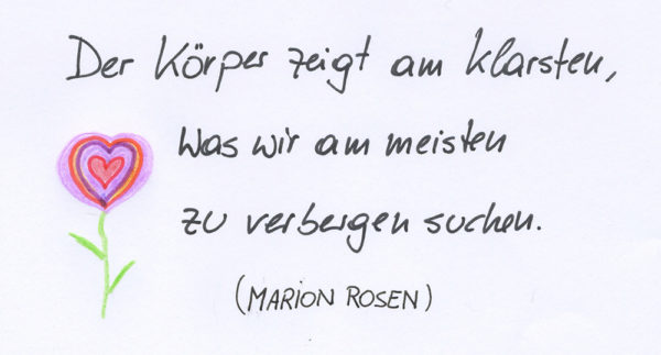 Ein Zitat in Handschrift, das besagt: Der Körper zeigt am klarsten, was wir am meisten zu verbergen suchen (Marion Rosen)