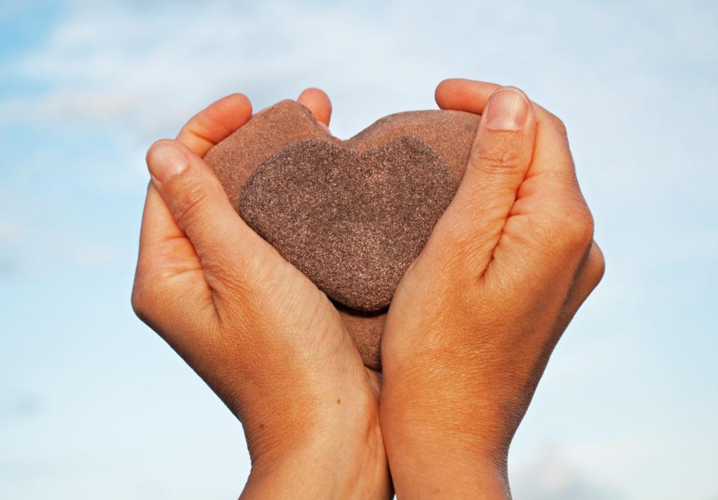 Wie spürt sich der Stein in den Händen an?