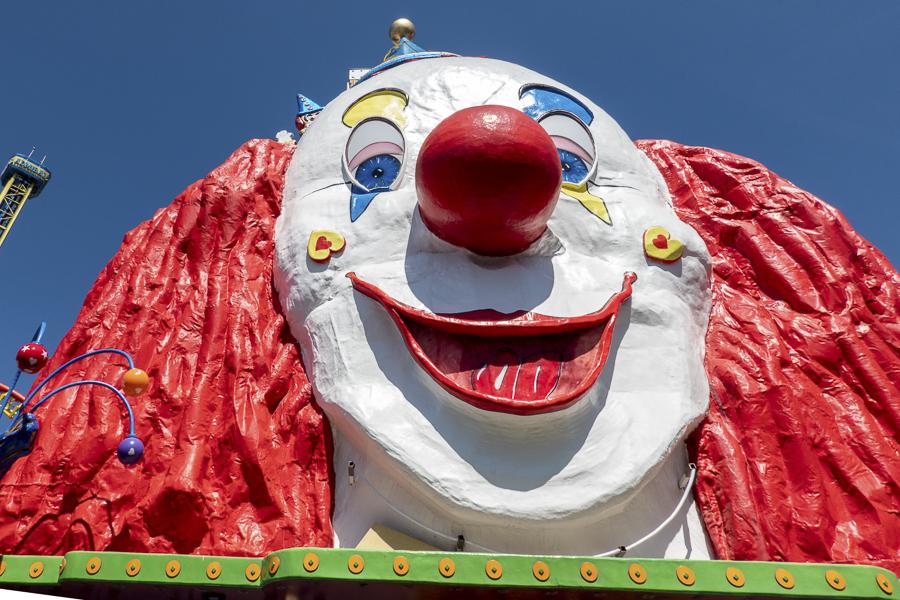 Clown steht für Freude, der weiße Clown aber auch für die Traurigkeit.